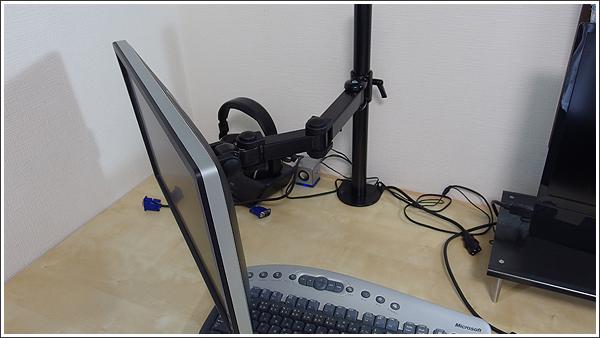 デスクを少しでも広く使うために、モニターアームを導入