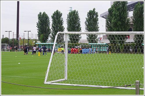 埼玉スタジアム2002の第3グラウンドでサッカー(子供が)