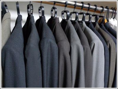 クローゼットのスーツはダーク系が多かった