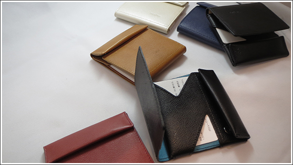 「薄い財布 abrAsus」にカラーバリエーションが登場していた