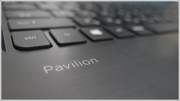 アクアブルーの青さが眩しい「HP Pavilion 15-p000」